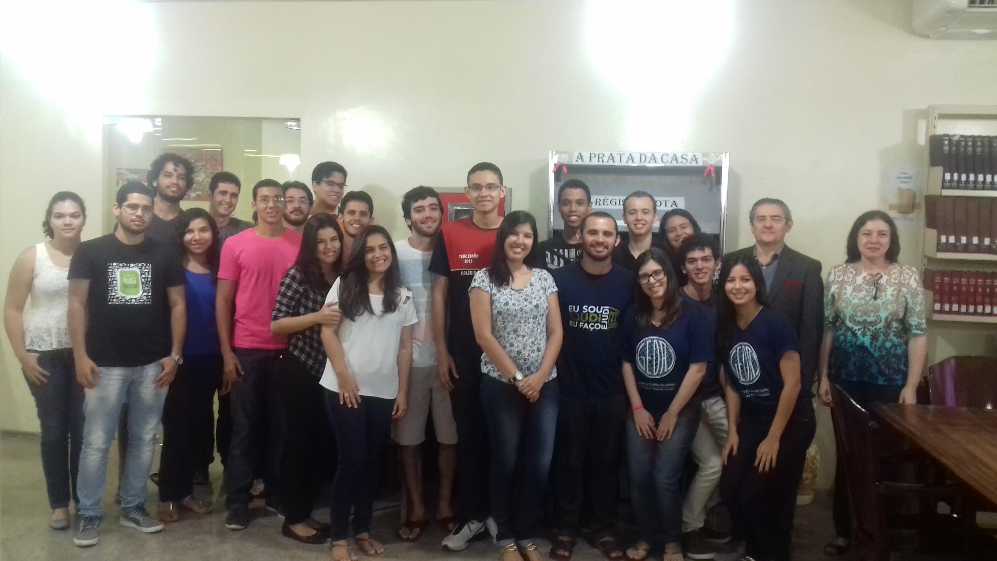 Prof. Francisco Régis Frota Araújo falou sobre os alunos da Faculdade de Direirto da UFC sobre suas obras, que estão expostas na Biblioteca da faculdade.