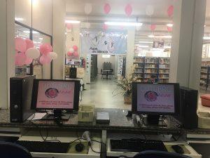 Biblioteca do curso de física decorada com o tema outubro rosa