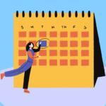 Imagem com fundo em tons de azul claro. Nela há o desenho de um calendário em tons de amarelo e laranja. O desenho de uma figura feminina aparece circulando uma data no calendário.