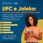"""Imagem com fundo azul escrito. Na esquerda está escrito """"UFC e Jaleko: parceria para potencializar seus estudos! A partir de agora toda comunidade acadêmica de Medicina da UFC tem acesso ao conteúdo Jaleko em uma plataforma exclusiva"""". São listados alguns dos recursos que plataforma oferece e como acessá-los. Na parte inferior direita há a foto de uma mulher negra jovem. Ela possui cabelos crespos, veste camiseta laranja, está sorrindo enquanto manuseia um smartphone."""